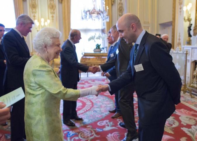 Su Majestad la Reina Isabel II del Reino Unido saluda a Xavier...