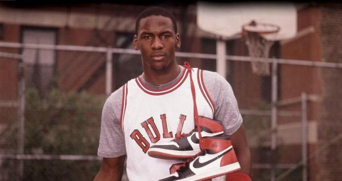 Michael Jordan posa con las Air Jordan I.