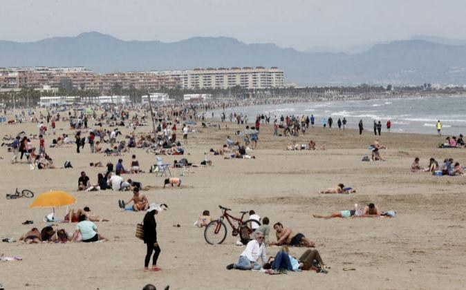 Turistas en la Playa de la Malvarrosa.