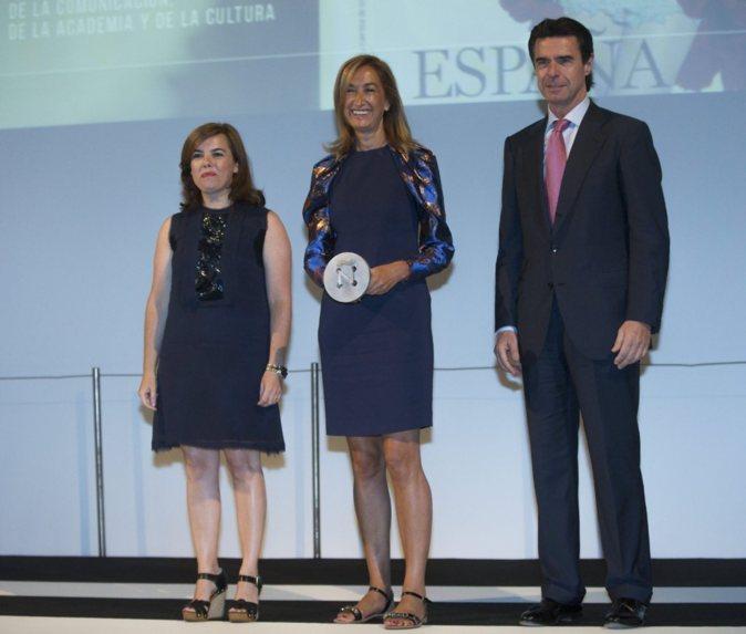 La vicepresidenta del Gobierno, Soraya Sáenz de Santamaría; la...