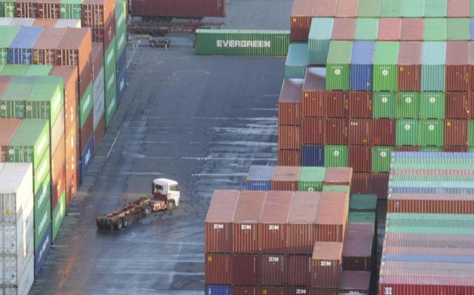 Varios contenedores de carga apilados
