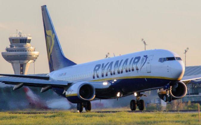 Avión de Ryanair despegando desde el aeropuerto de Barajas.