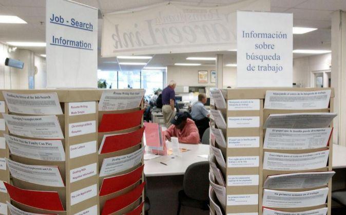 Carteles en español y en inglés en una oficina de empleo en...