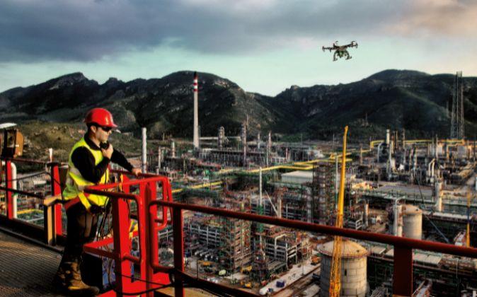 Un dron de Repsol inspecciona uno de los complejos de la compañía.