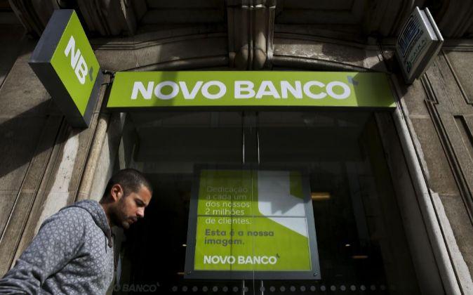 Nova fachada do balcão do Saldanha com a imagem do Novo Banco para...
