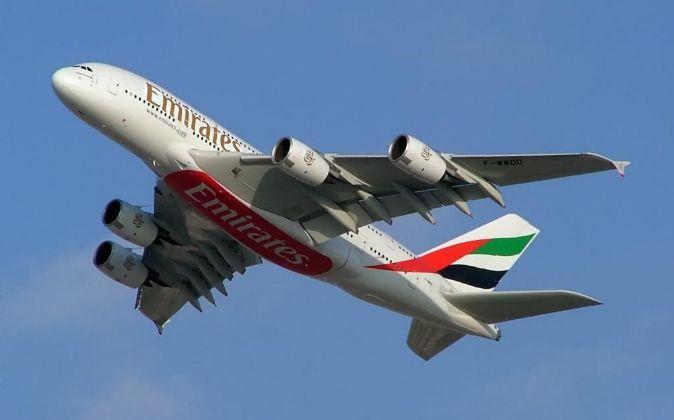 Un avión de las eaerolínea Emirates Airlines en pleno vuelo