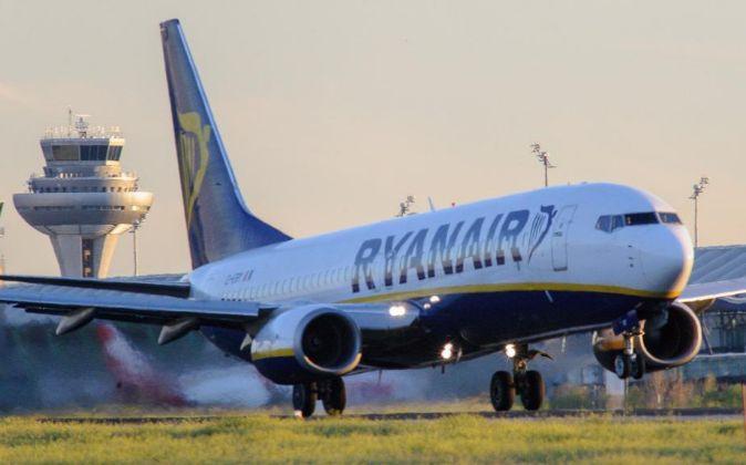 Un avión de Ryanair despega desde el aeropuerto Adolfo Suárez...