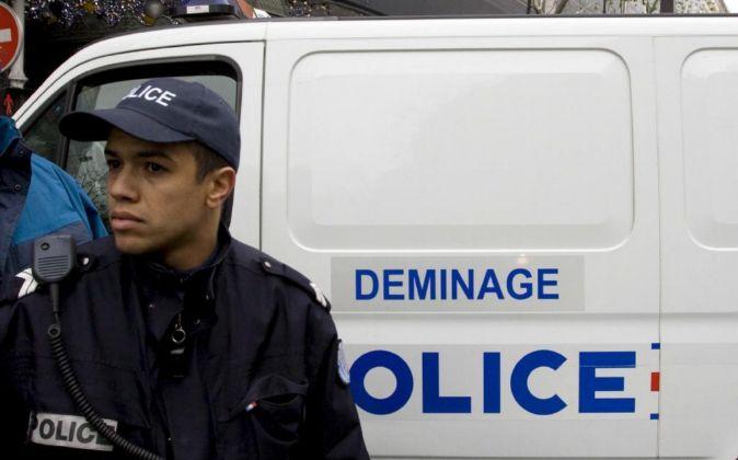 Un policía francés montando guardia.