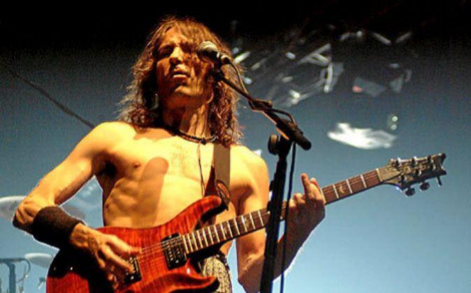 Robe Iniesta, fundador y compositor de la banda Extremoduro, quienes...