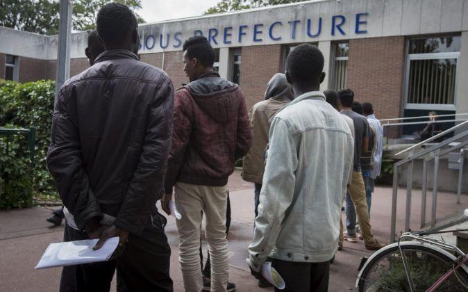Inmigrantes hacen cola para gestionar sus solicitudes de asilo el...