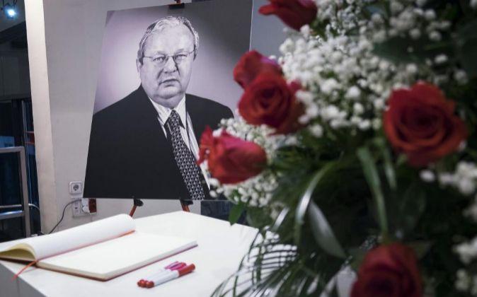Retrato de Txiki Benegas junto al libro de condolencias que el PSOE...