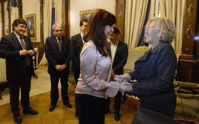 Fotografía cedida por la presidencia argentina en la que se observa a...