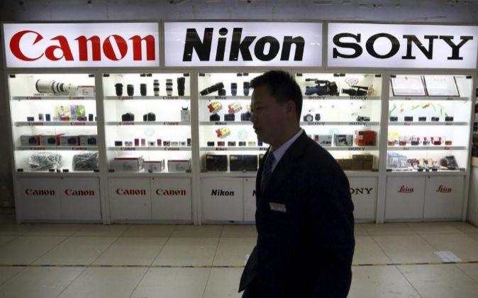 Productos de Canon y Nikon en una tienda de electrónica.