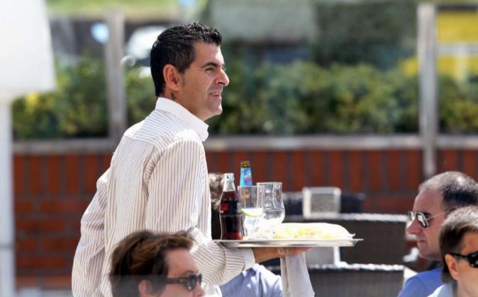 Un camarero trabajando en Getxo, Bilbao. Archivo.