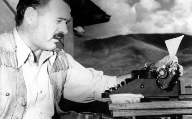 Ernest Hemingway con una máquina de escribir