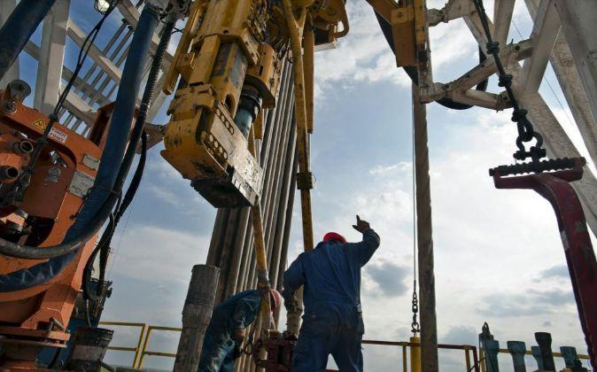 OPERARIOS EN UNA PLATAFORMA DE GAS EN TEXAS, EEUU.