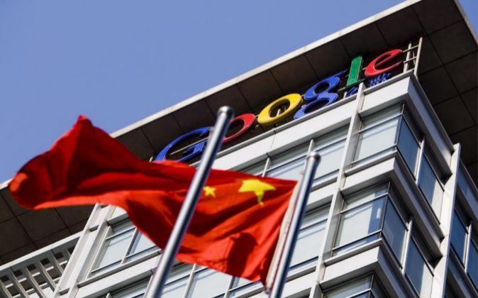 La bandera china ondea frente a un edificio de Google.
