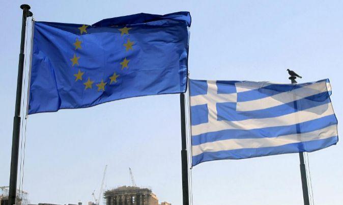 La bandera de la UE y la de Grecia ondean en Atenas.