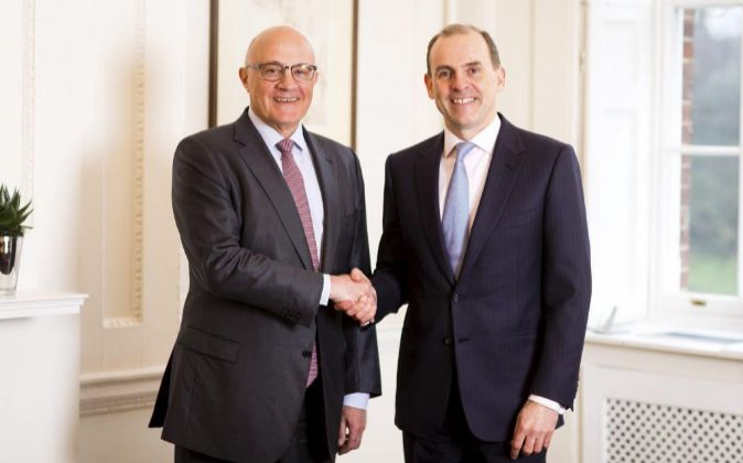Josep Oliu, presidente de Banco Sabadell, junto a Paul Pester,...