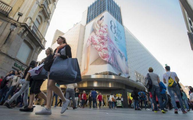 Gente de compras en la Calle Preciados de Madrid.