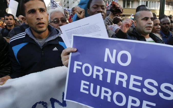 Varios refugiados se manifiestan.