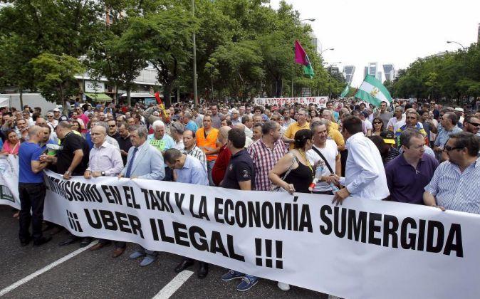 Organizaciones nacionales de taxistas se manifiestan en Madrid contra...