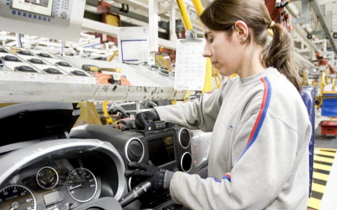 Una trabajadora de una cadena de montaje en la planta de PSA en Vigo,...