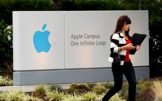 Una trabajadora entrando en las oficinas centrales de Apple en...