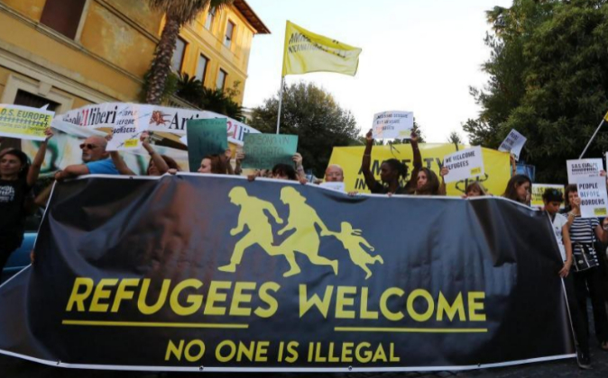 Varias personas participan en una manifestación de apoyo a refugiados...