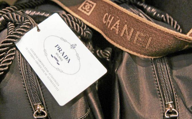 Imagen tomada en una tienda de falsificaciones de un bolso falso de...