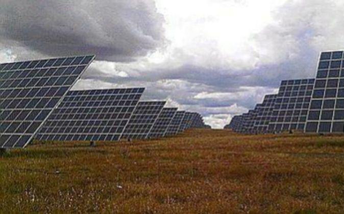 Módulos fotovoltáicos en una instalación solar.