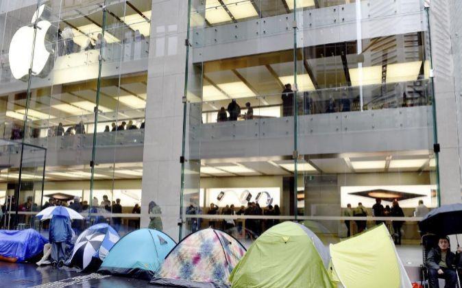 Personas acampadas ante una tienda de Apple para comprar el nuevo...