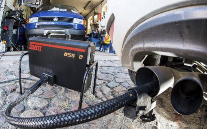 Un dispositivo mide los niveles de emisiones del motor diésel de un...