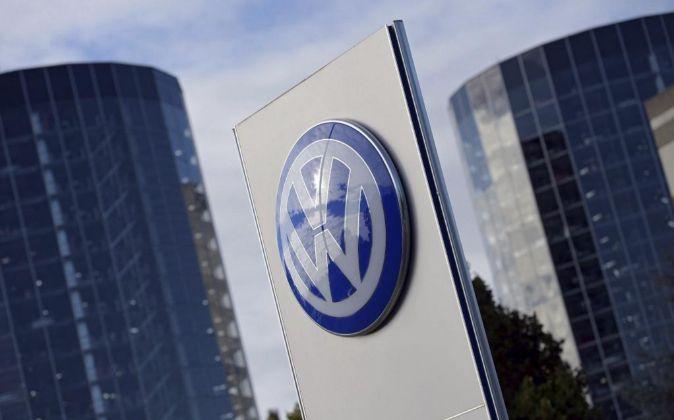 El logotipo de Volkswagen en la ciudad del automóvil en Wolfsburgo...
