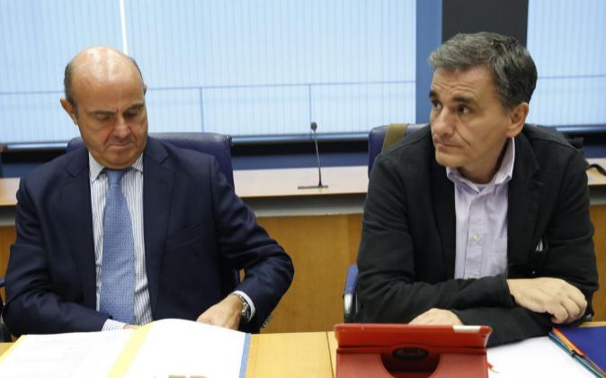 El ministro español de Economía, Luis de Guindos y el ministro...
