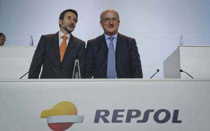 El presidente de Repsol, Antonio Brufau, y el consejero delegado, Josu...