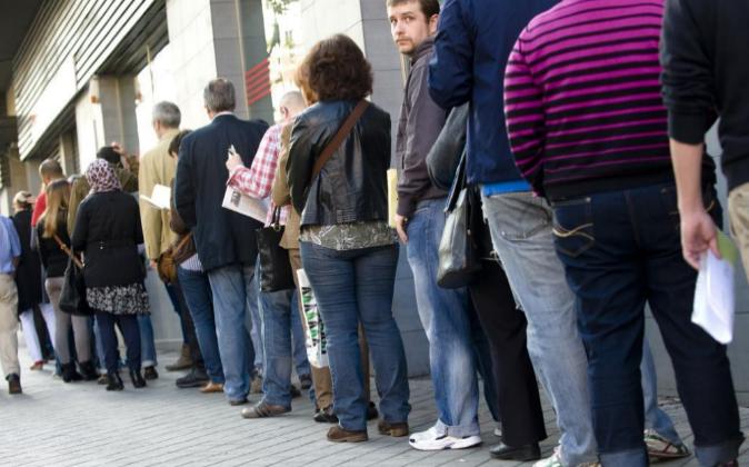 Parados hacen cola en unas oficinas del SPEE (antiguo Inem) en Madrid