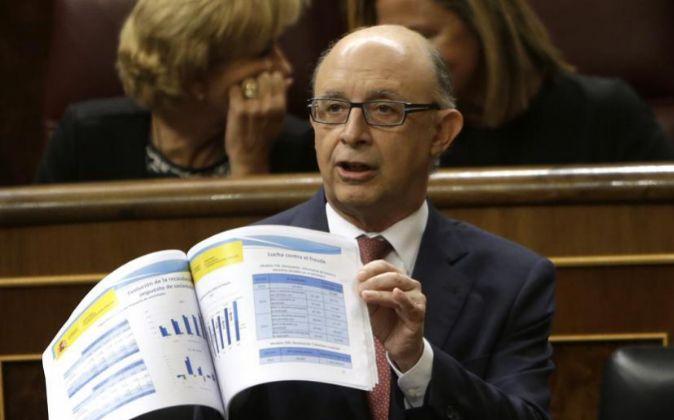 El ministro de Hacienda, Cristóbal Montoro, en el Congreso de los...