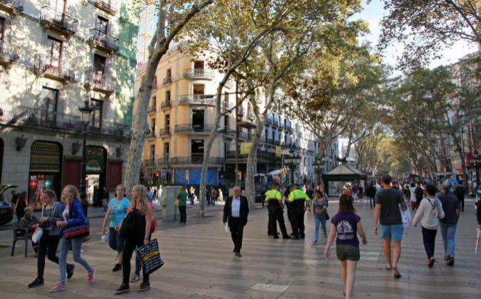 Mango abrirá en Las Ramblas (edificio amarillo en obras) en la...
