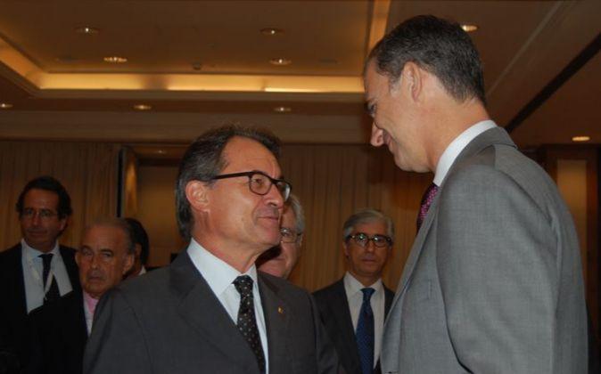 Saludo entre Artur Mas y el Rey Felipe VI