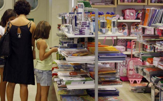 Familia comprando material escolar