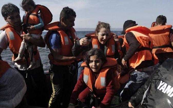 Varios refugiados sirios llegan en lancha a la isla de Lesbos (Grecia)...