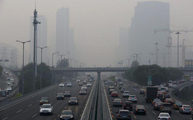 Una multitud de vehículos circula por una autopista en Pekín...