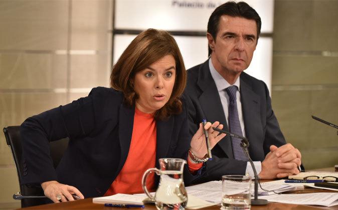 La vicepresidenta, Soraya Sáenz de Santamaría, y el ministro de...