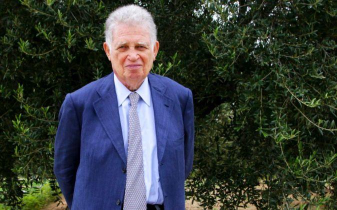 Mauricio Botton Carasso, junto a uno de los olivos que empezó a...