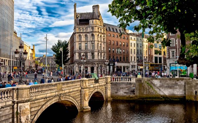 La ciudad de Dublín, la más poblada de la isla, y la capital de...