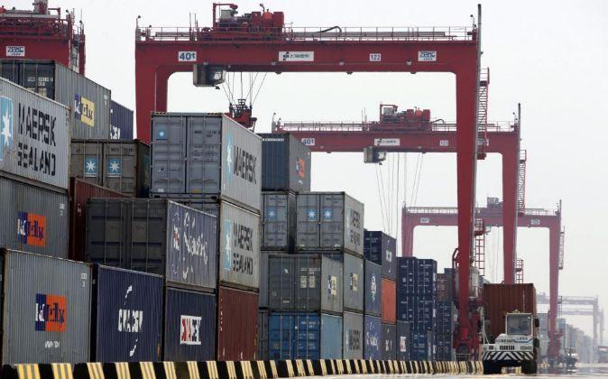 Contenedores en el puerto de Shanghai en China.