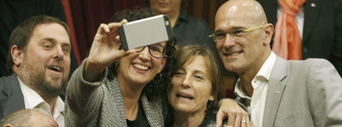 Junqueras, Rovira y Romeva se hacen un 'selfie' junto a...