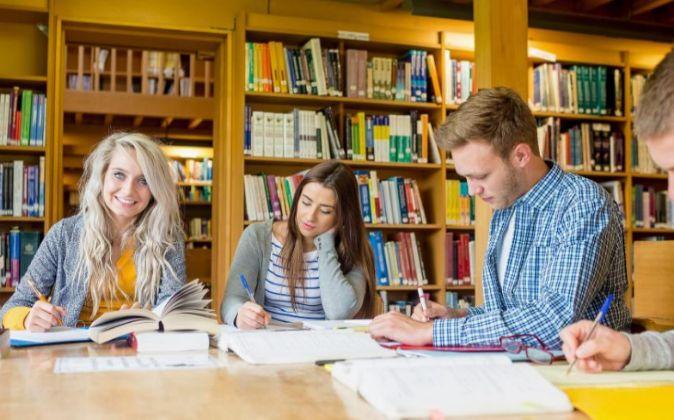 Grupo de jóvenes en la biblioteca de la universidad.