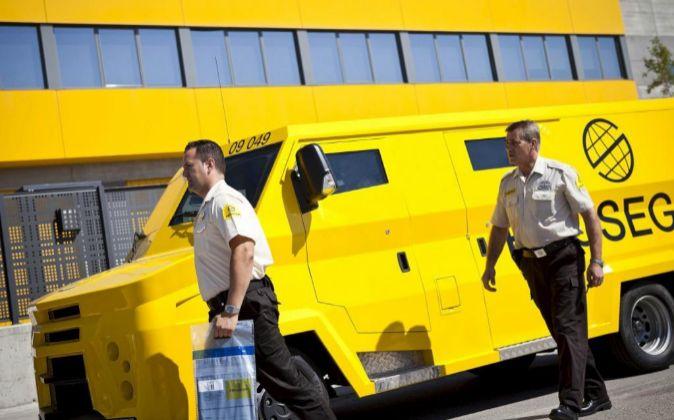 Furgón y guardias de seguridad de Prosegur.
